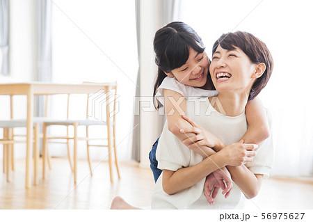 家族 親子 ファミリー 女性 子供 56975627