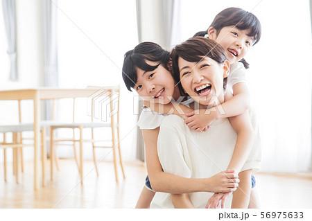 家族 親子 ファミリー 女性 子供 56975633