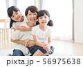 家族 親子 ファミリー 女性 子供 56975638