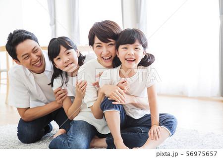家族 親子 ファミリー 女性 子供 56975657