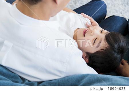 家族 親子 ファミリー 女性 子供 56994023