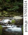 石の段差を流れる奥十曽渓谷の渓流 57003024