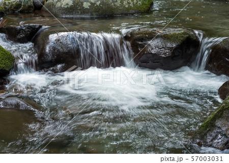 石の段差を流れる奥十曽渓谷の渓流 57003031