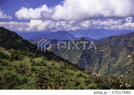 (群馬県)万座温泉側から望む、秋の山田牧場と山並み 57017886