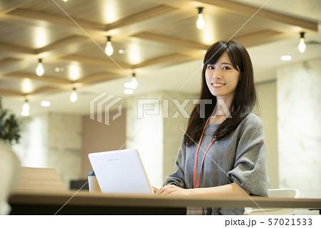 若い女性・暖色照明・オフィス 57021533