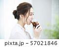 アイスコーヒーを飲む女性 57021846