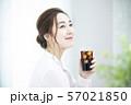 アイスコーヒーを飲む女性 57021850