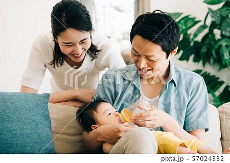 赤ちゃん ミルク 哺乳瓶 授乳 家族 育児 抱っこ 57024332