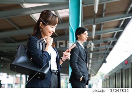 通勤 女性 電車 ビジネスウーマン 撮影協力:京王電鉄株式会社 57047336