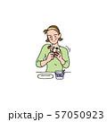 リンゴとヨーグルトを食べる奥さん 57050923