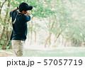 ゴルフをする日本人ミドル男性 スポーツ 休日 57057719