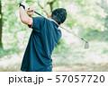ゴルフをする日本人ミドル男性 スポーツ 休日 57057720