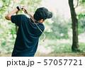 ゴルフをする日本人ミドル男性 スポーツ 休日 57057721