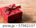チェックリボンのプレゼント 57062137