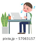 ノートパソコンを操作する男性 57063157