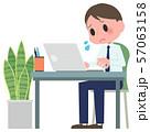 ノートパソコンを操作する男性 57063158