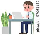 ノートパソコンを操作する男性 57063159