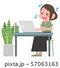 ノートパソコンを操作する女性 57063163