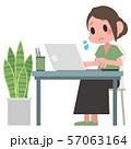 ノートパソコンを操作する女性 57063164