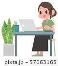 ノートパソコンを操作する女性 57063165