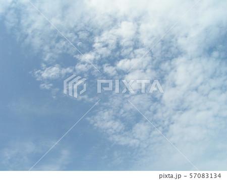 夏の青空と白い雲 57083134
