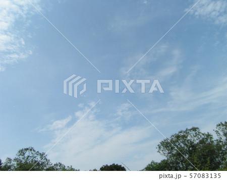 夏の青空と白い雲 57083135
