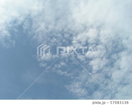 夏の青空と白い雲 57083136