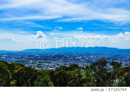 [日本の観光イメージ] 夏の青空の下,京都市街を東山から一望するシーン 57103764