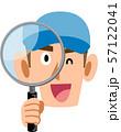 虫眼鏡を覗いて笑顔になる労働者、スタッフの男性 57122041
