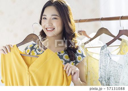 女性 アパレル ショッピング  57131088