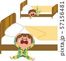 ベッドから落ちる子供 57156481