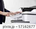 コピー機でコピーをとる女性手元 57162677