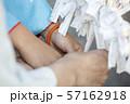 神社でおみくじを結ぶ着物姿母娘手元 57162918