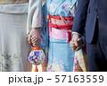 神社にお参りに行く家族 57163559