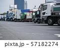 高速道路のパーキングに駐車するトラック 57182274