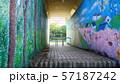 公園脇にある壁画イラストの通路 57187242