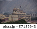 インドのジャイプル ピンクシティーの街並み 屋上にインド国旗を掲げた宮殿 57189943