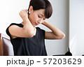 女性のポートレート ネックレスをつける女性 57203629