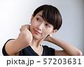 女性のポートレート ネックレスをつける女性 57203631