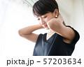 女性のポートレート ネックレスをつける女性 57203634