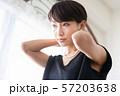 女性のポートレート ネックレスをつける女性 57203638