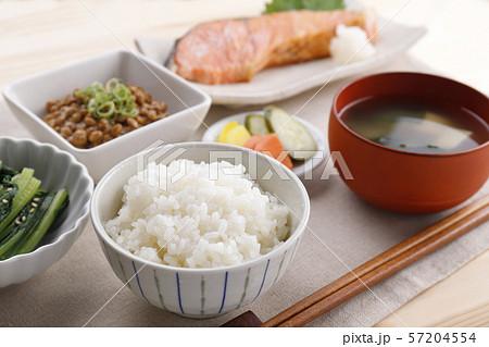 和食の朝ごはん 57204554