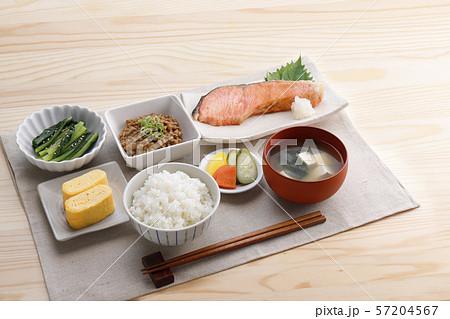 和食の朝ごはん 57204567