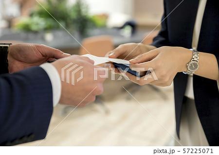 名刺交換をするビジネスパーソン手元 57225071
