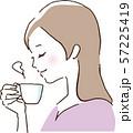 コーヒーまたはお茶を飲み休憩する女性 57225419