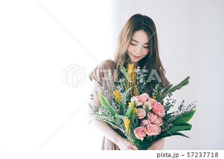 花束を持つ若い女性  57237718