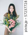 花束を持つ若い女性  57237728