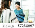 ビジネス 女性 カジュアル ベンチャー オフィス 57238097