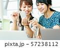 ビジネス 女性 カジュアル ベンチャー オフィス 57238112