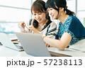 ビジネス 女性 カジュアル ベンチャー オフィス 57238113